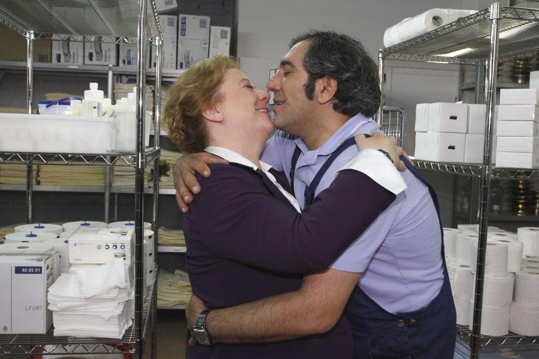Genießen die gemeinsame Zeit: Paula (Regine Hentschel, l.) und Süleyman (Hussi Kutlucan, r.)  ... - Bildquelle: SAT.1