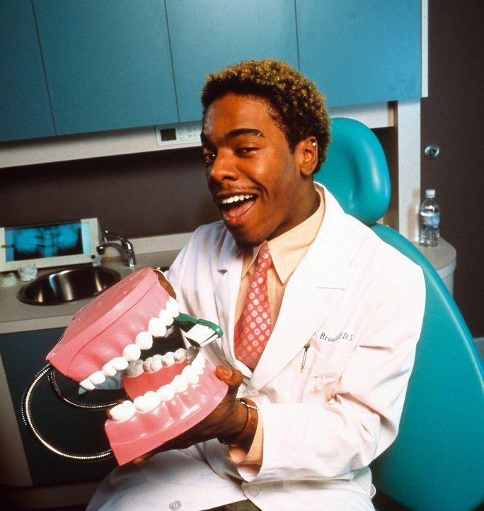 Dr. Rupert Brooks (Sisqo) ist Teds Vetter und arbeitet gemeinsam mit ihm in der Zahnarztpraxis ... - Bildquelle: Disney Enterprises, Inc.