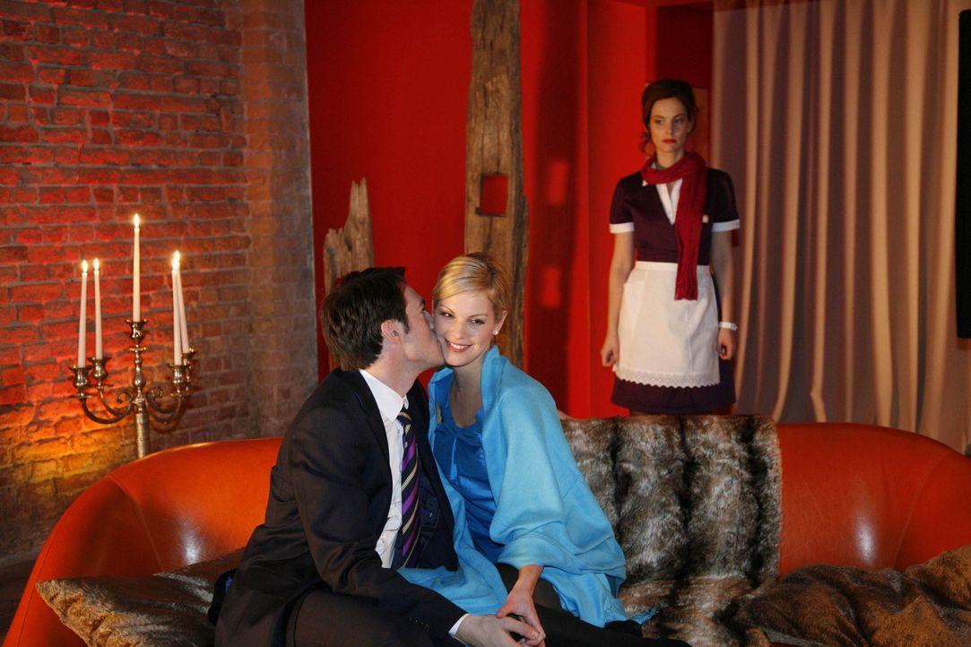 Manu (Marie Zielcke, r.) verbietet sich ihre Gefühle für Mark (Arne Stephan, l.) und beschränkt ihre Beziehung auf die Zusammenarbeit. Als Mark s... - Bildquelle: SAT.1