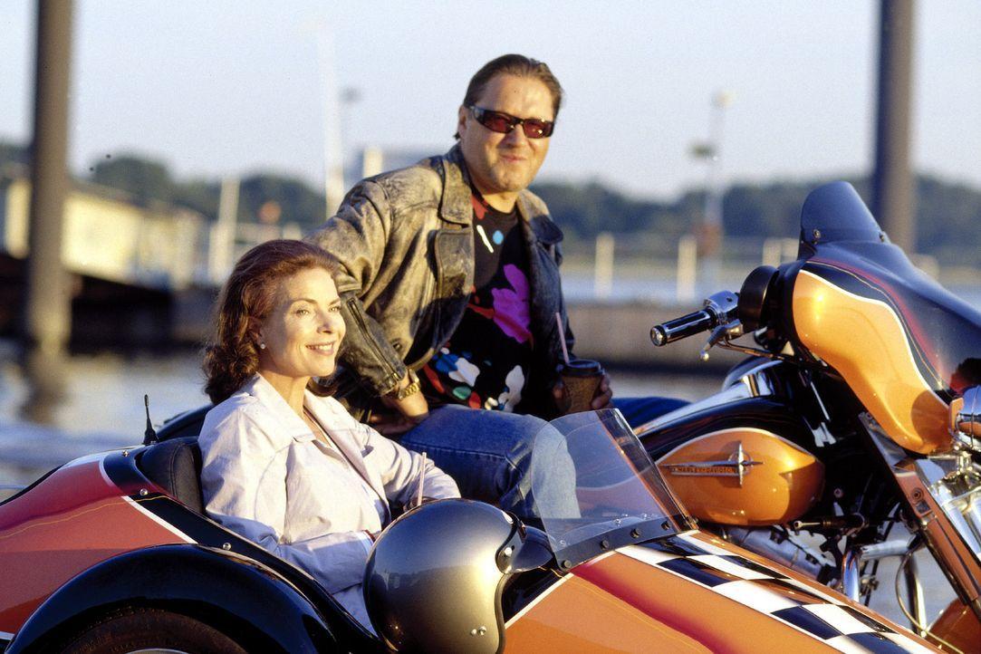 Manni (Michael Brandner, r.) kann die zurückhaltende Linda (Gudrun Landgrebe, l.) zu einem Motorradausflug überreden ... - Bildquelle: Sat.1