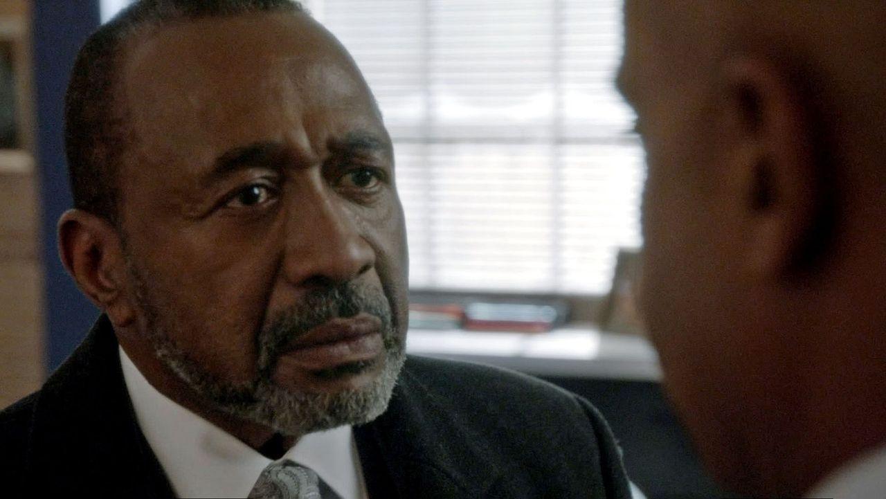 Director Vance (Rocky Carroll, r.) muss sich mit einem überraschenden Besuch seines Schwiegervaters (Ben Vereen, l.) auseinandersetzen ... - Bildquelle: CBS Television