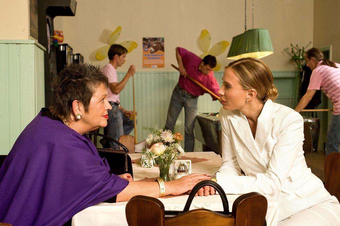 Maja (Nadeshda Brennicke, r.) verspricht ihrer Tante Charlotte (Walfriede Schmitt, l.), dass sie ihr beim Verkauf der alten Weberei helfen wird ... - Bildquelle: Sat.1