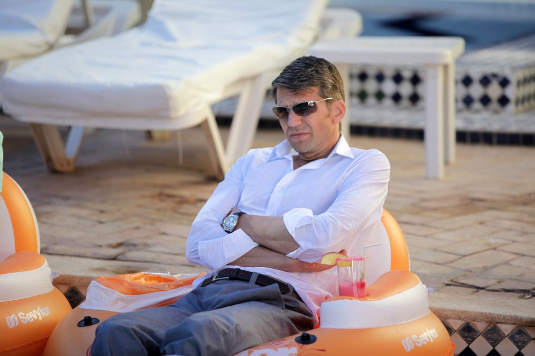 Der stocksteife Anwalt Dr. Hans-Joachim Karpenheuer (Kai Wiesinger) nimmt an einem Flirtcamp in Marokko teil. Weder seine Exfrau noch die anderen Te... - Bildquelle: SAT.1
