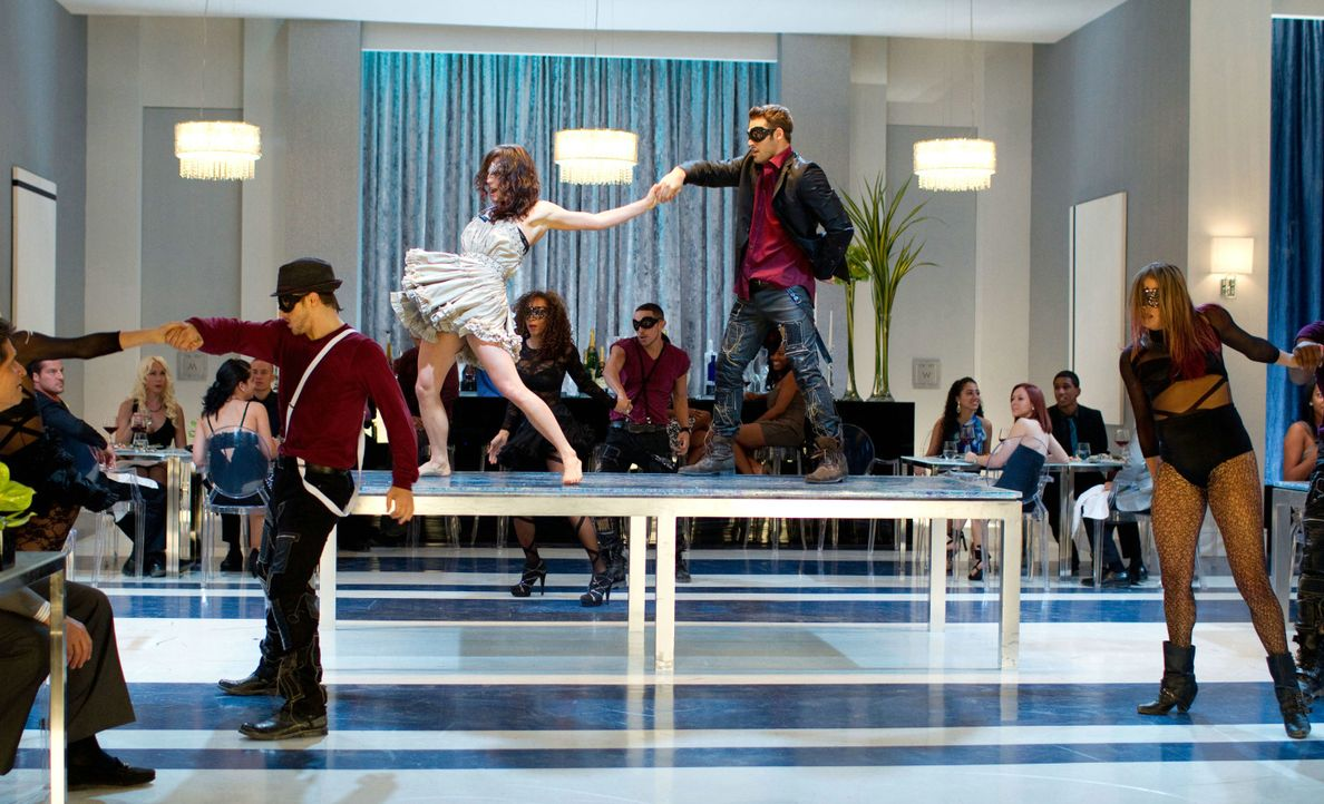 "Legen eine flotte Sohle aufs Parkett: die Streetdancer-Truppe ""The Mob"" mit Sean (Ryan Guzman, 2.v.r.) und Emily (Kathryn McCormick, 3.v.r.) ... - Bildquelle: 2011 Summit Entertainment, LLC. All rights reserved."