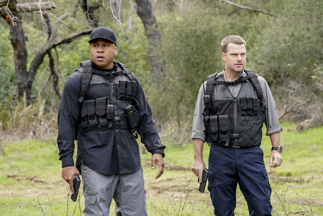 Nach der Sabotage einer Trägerrakete, ist der Satellit explodiert und abgestürzt. Für Sam (LL Cool J, l.) und Callen (Chris O'Donnell, r.) wird der... - Bildquelle: Bill Inoshita 2018 CBS Broadcasting, Inc. All Rights Reserved/Bill Inoshita