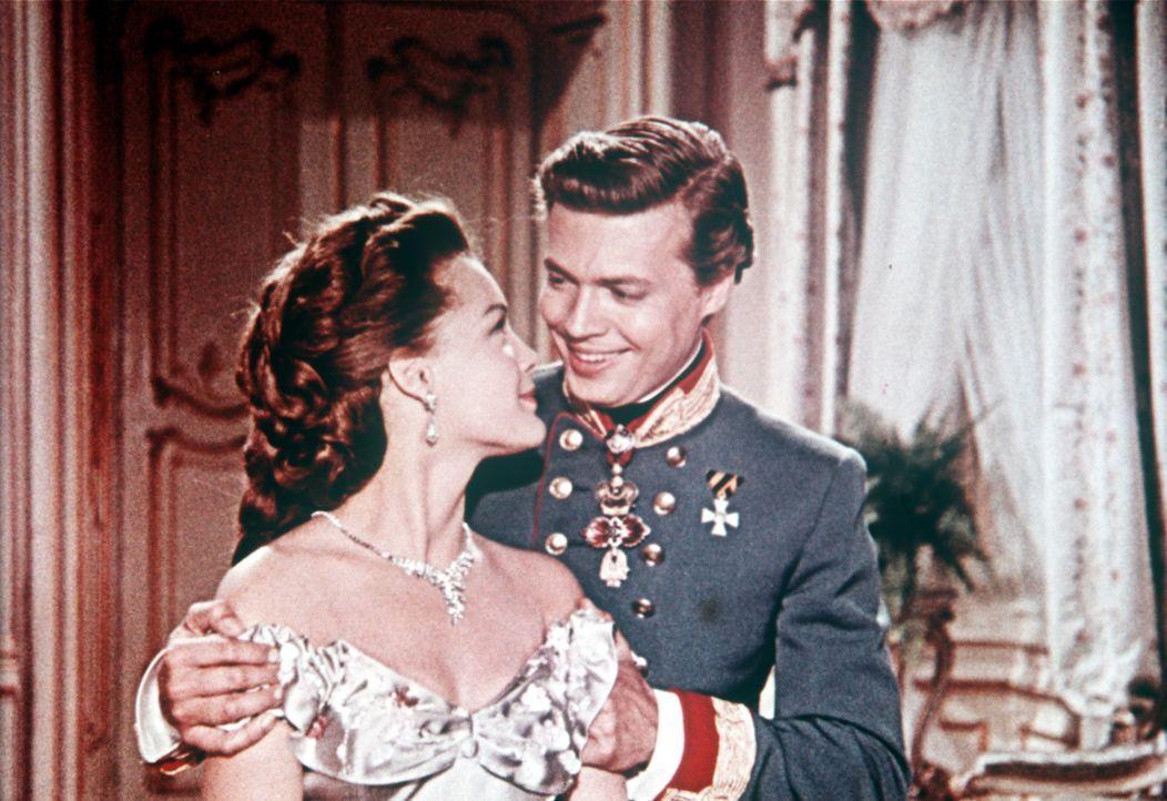Die Liebe zwischen dem attraktiven Kaiser Franz-Joseph (Karlheinz Böhm, r.) und seiner Frau, der bezaubernden Sissi (Romy Schneider, l.), ist unerme... - Bildquelle: Herzog-Filmverleih