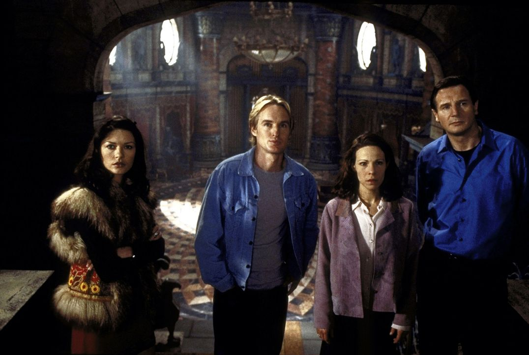 Der Wissenschaftler Dr. David Marrow (Liam Neeson, r.) will mit seinen Versuchspersonen Theodora (Catherine Zeta - Jones, l.), Luke Sanderson (Owen... - Bildquelle: TM &  1999 Dreamworks L.L.C. All Rights Reserved
