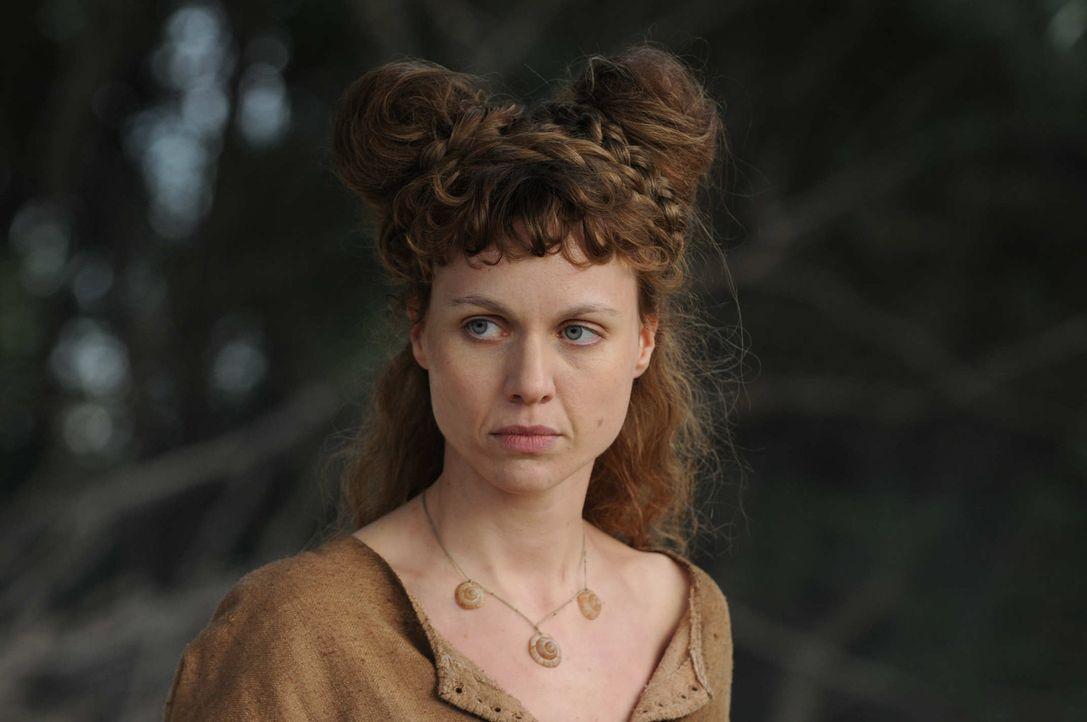 Schon bald gelingt es der Wanderhure Hiltrud (Nadja Becker), Marie wieder zu Kräften zu bringen. Langsam führt sie sie in die Aufgaben einer Hübs... - Bildquelle: Oliver Roth SAT.1/TV60