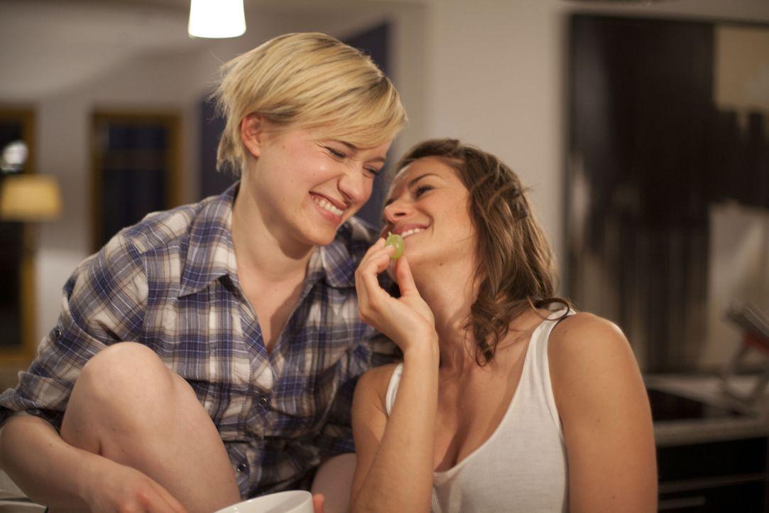 Genießen ihre gemeinsame Zeit: Emma (Kasia Borek, l.) und Jenny (Lucy Scherer, r.) ... - Bildquelle: SAT.1