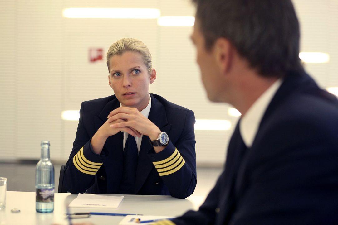 Andrea Schubert (Valerie Niehaus, l.) wird beim Untersuchungsverfahren nicht geglaubt, dass sie mit einem mysteriösen Wetterphänomen zu kämpfen hatt... - Bildquelle: Sat.1