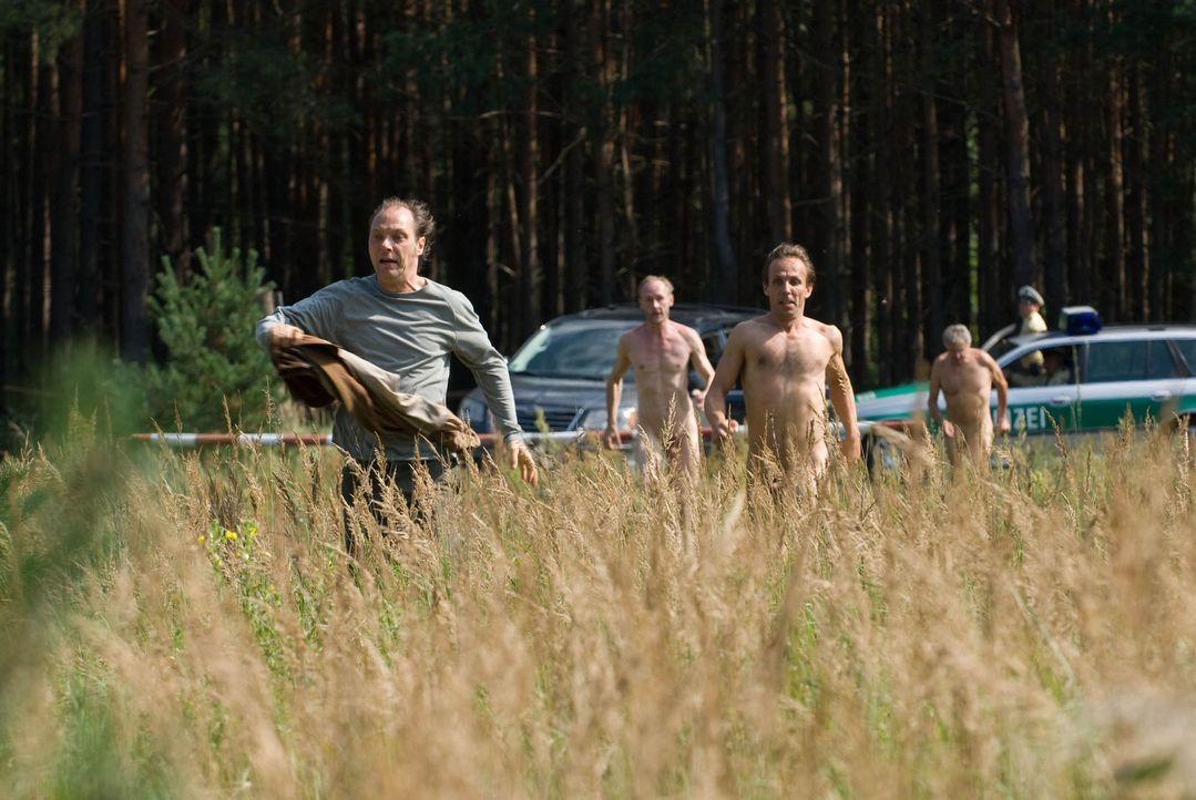 Auf der Flucht vor der Polizei: Helmut (Martin Brambach, l.) und seine Nudistenfreunde ... - Bildquelle: Sat.1