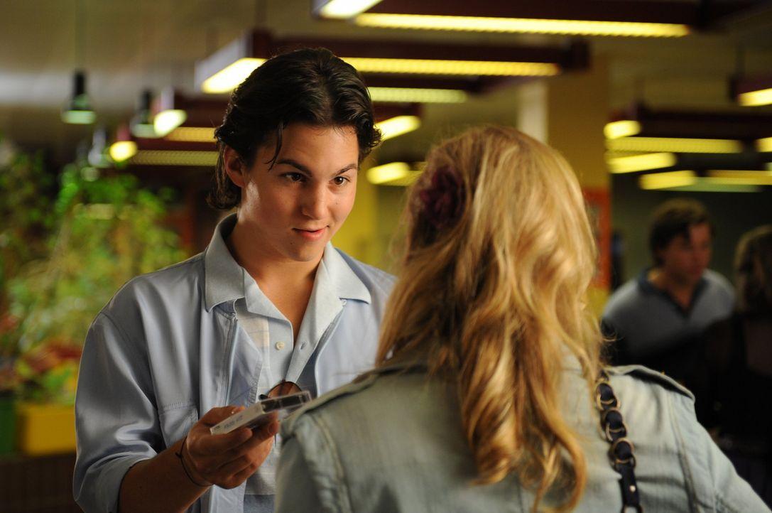 Noch glaubt Ines, dass Falko (Tim Schulz) der Mann ist, mit dem sie ein ganzes Leben glücklich sein wird. Doch dann erhält sie Besuch aus der Zuku... - Bildquelle: SAT.1