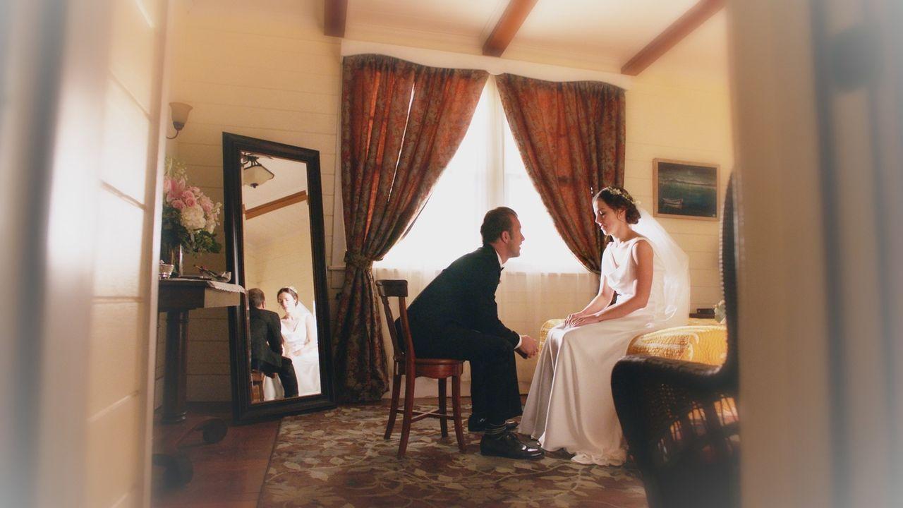 Danny (Scott Caan, l.) sieht sich in seinen Zukunftsvisionen als stolzen Vater einer jungen Braut (Erika Brown, r.) ... - Bildquelle: 2017 CBS Broadcasting Inc. All Rights Reserved.