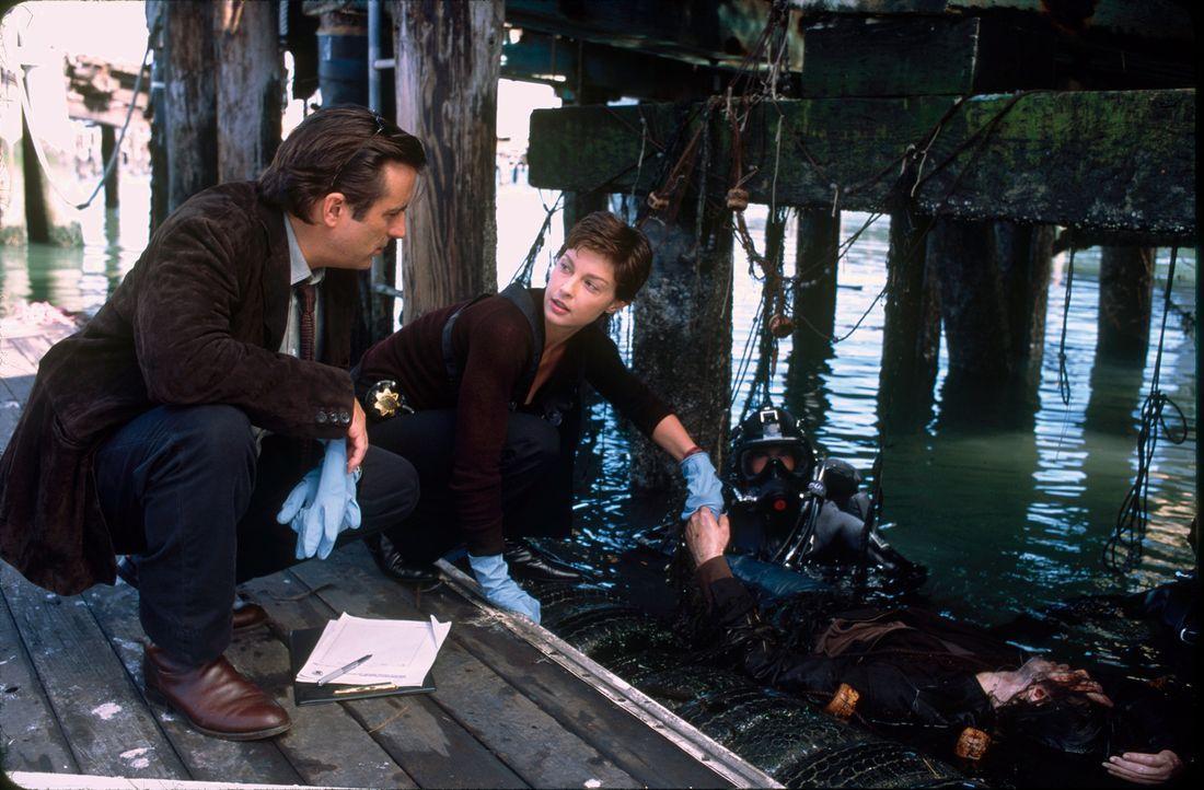 Jessica Shepard (Ashley, Judd, r.) und ihr neuer Kollege Mike Delmarco (Adny Garcia, l.) nehmen die Ermittlungen am Tatort auf. Erneut haben sie die... - Bildquelle: Paramount Pictures