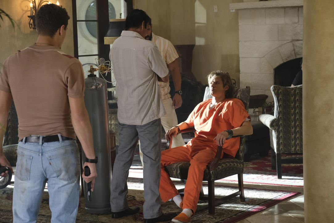 MacGyver (Lucas Till, r.) versucht nach dem gemeinsamen Ausbruch aus dem Gefängnis das Vertrauen von Drogenbaron El Noche (Raoul Trujillo, 2.v.l.) u... - Bildquelle: 2016 CBS Broadcasting, Inc. All Rights Reserved