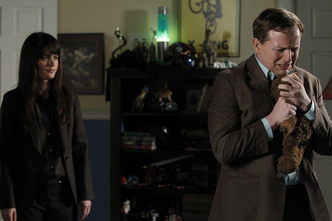 Teresa (Robin Tunney, l.) ermitteln in Fall, des entführten Connor Flint und stoßen dabei auf Nate Glass (J.D. Walsh, r.).Doch hat er wirklich etw... - Bildquelle: Warner Bros. Television