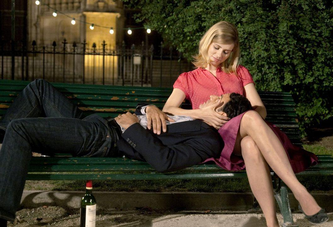 Der gemeinsame Jahrestag hat die Wirkung, die Paolo (Vincenzo Amato, l.) sich erhofft hat: Greta (Nora Tschirner, r.) ist erst einmal beruhigt ... - Bildquelle: Warner Bros.