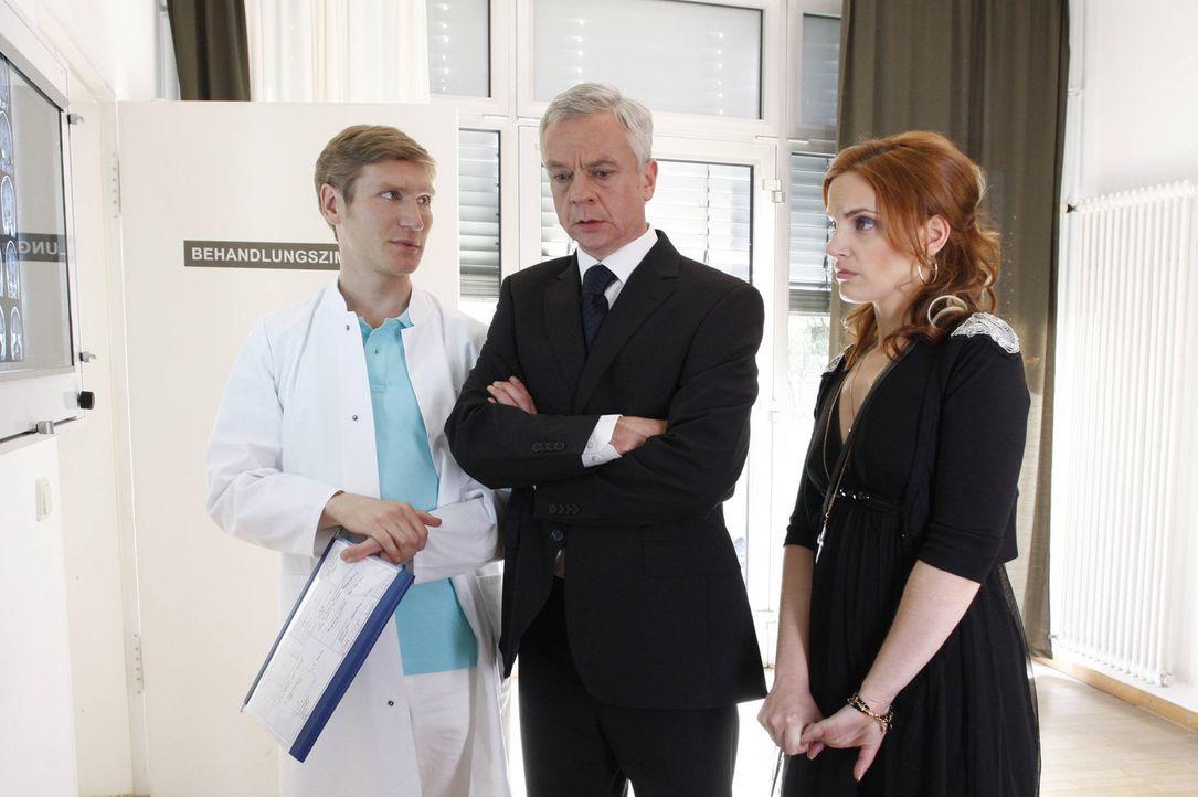 Manu (Marie Zielcke, r.) und Marcel (Thomas Engel, M.) sind geschockt, als der Neurologe Dr. Frank Weissner (Matthias Gall, l.) erklärt, dass nur e... - Bildquelle: SAT.1
