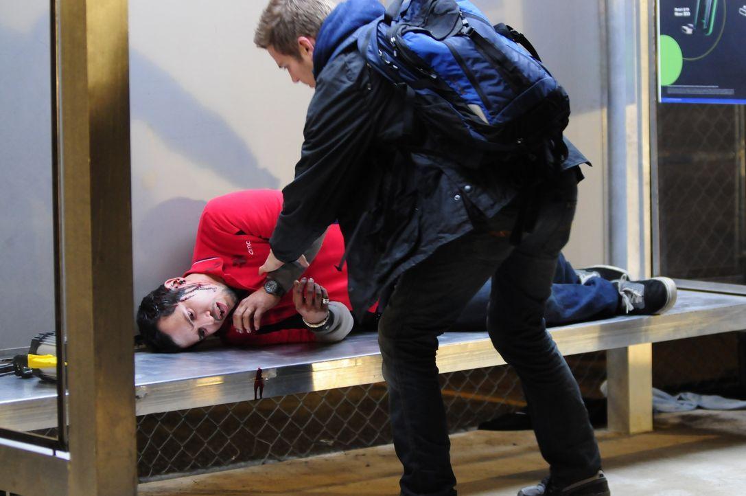 Nur knapp kann Paul (John Leguizamo, l.) den Schatten entkommen und wird von Luke (Hayden Christensen, r.) und den anderen Überlebenden gerettet, vo... - Bildquelle: Koch Media GmbH