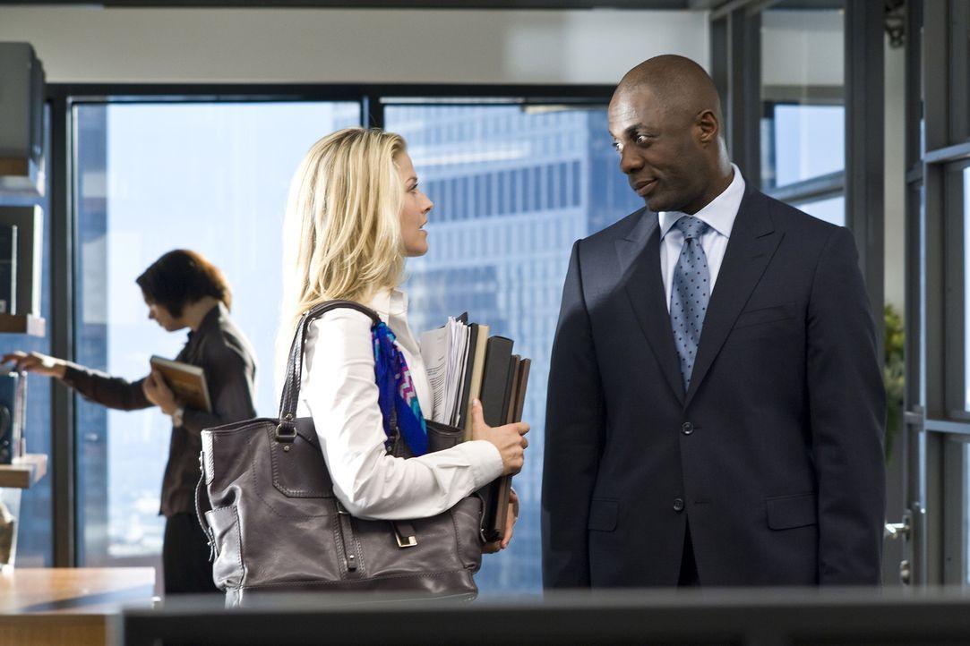 Als sein Assistent erkrankt, stellt der erfolgreiche Vermögensverwalter Derek Charles (Idris Elba, r.) eine neue Sekretärin ein, die sich schon bald... - Bildquelle: 2009 Screen Gems, Inc. All Rights Reserved.