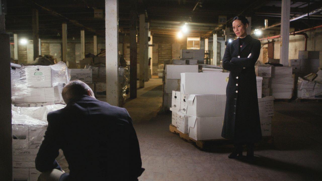 Nachdem ein Teilnehmer einer Realityshow ermordet wurde, liegt es für Holmes (Jonny Lee Miller, l.) und Watson (Lucy Liu, r.) nahe einen anderen Tei... - Bildquelle: 2017 CBS Broadcasting, Inc. All Rights Reserved.