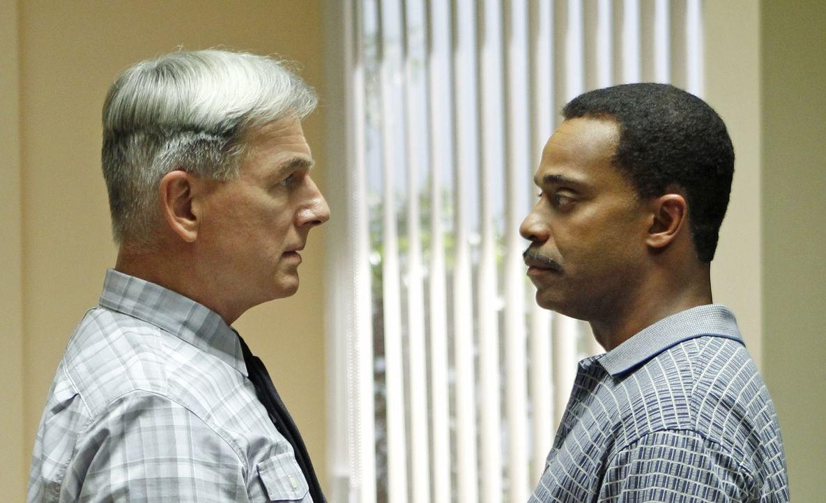 Rückblick auf einem Auftrag vor 20 Jahren: Gibbs (Mark Harmon, l.) und Leon Vance (Rocky Carroll, l.) ... - Bildquelle: CBS Television