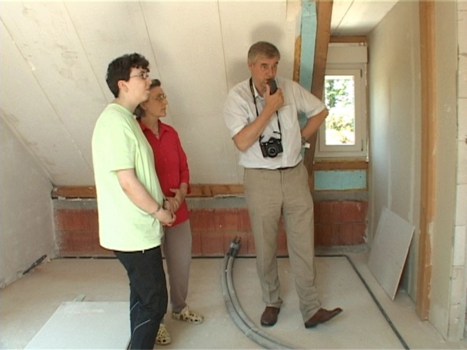 Für Familie Ketzler ist er die letzte Hoffnung: Gutachter im Fachgebiet Pfusch am Bau: Helge-Lorenz Ubbelohde (r.) ... - Bildquelle: SAT.1