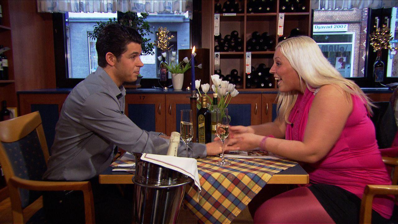 Als Marco (l.) seine Freundin Stella (r.) zu einem romantischen Abendessen bittet, ist sie davon überzeugt, endlich den ersehnten Heiratsantrag zu... - Bildquelle: SAT.1