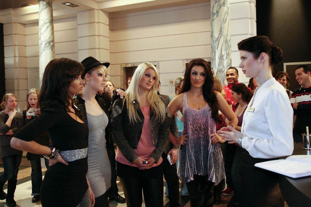 """Während das Hotel Kopf steht, weil die Girlgroup """"Queensberry"""" zu Gast ist, versucht Manu, Alexandra davon zu überzeugen, Mark noch eine Chance zu... - Bildquelle: SAT.1"""