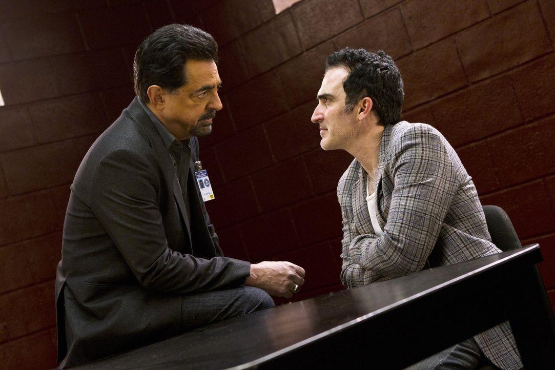 Kann Rossi (Joe Mantegna, l.) von Jack Fahey (Patrick Fischler, r.) etwas über Prentiss Aufenthaltsort herausfinden? - Bildquelle: ABC Studios