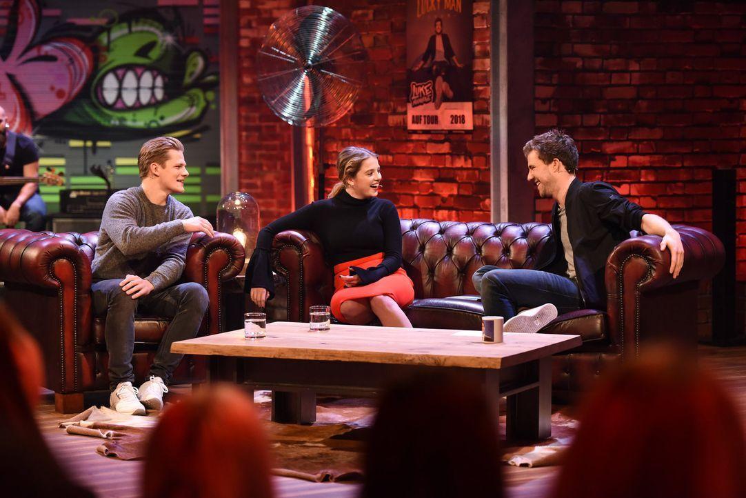 Fack ju LUKE! Die Schauspieler Max von der Groeben (l.) und Jella Haase (M.) sind diese Woche zu Gast bei Luke Mockridge (r.) ... - Bildquelle: Steffen Z. Wolff SAT.1