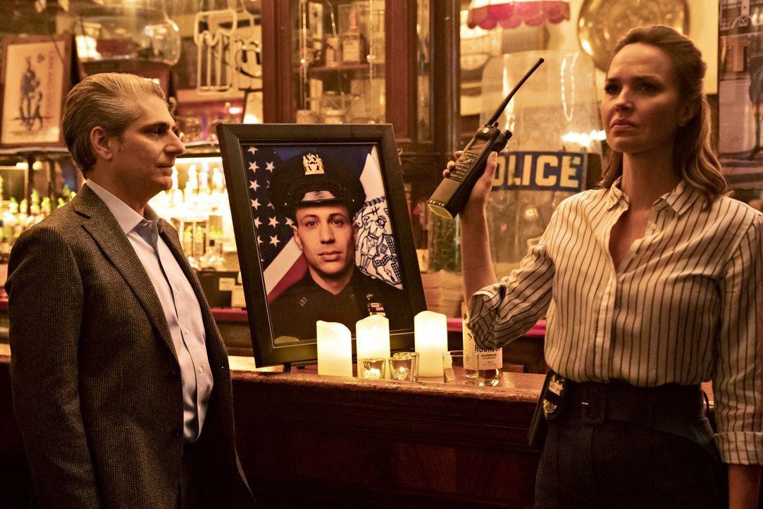 (v.l.n.r.) Detective Michael Sellitto (Michael Imperioli); Detective Eric Castillo (Ramses Jimenez); Amelia Sachs (Arielle Kebbel) - Bildquelle: Barbara Nitke 2020 NBCUniversal Media, LLC / Barbara Nitke