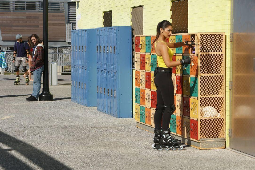 Meredith (Janina Gavankar, r.) versucht einen neuen Fall zu lösen und ermittelt deshalb undercover. Doch hat Spike (Johnny Hopkins, M.) damit was zu... - Bildquelle: Warner Bros. Entertainment, Inc.