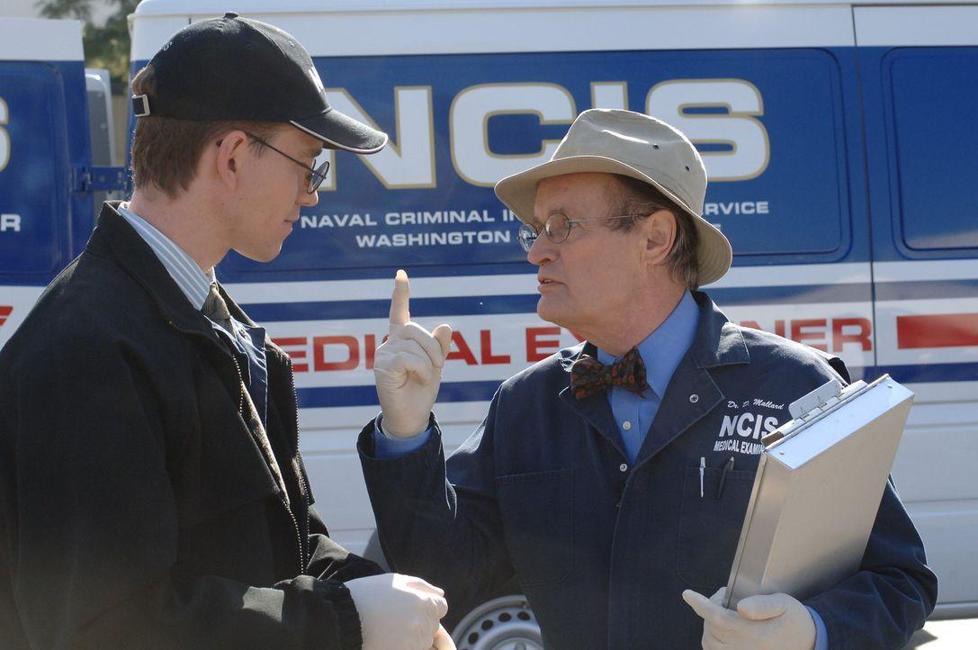 Am Unfallort versuchen Jimmy Palmer (Brian Dietzen, l.) und Ducky (David McCallum, r.), Hinweise zum Unfallhergang zu finden ... - Bildquelle: CBS Television