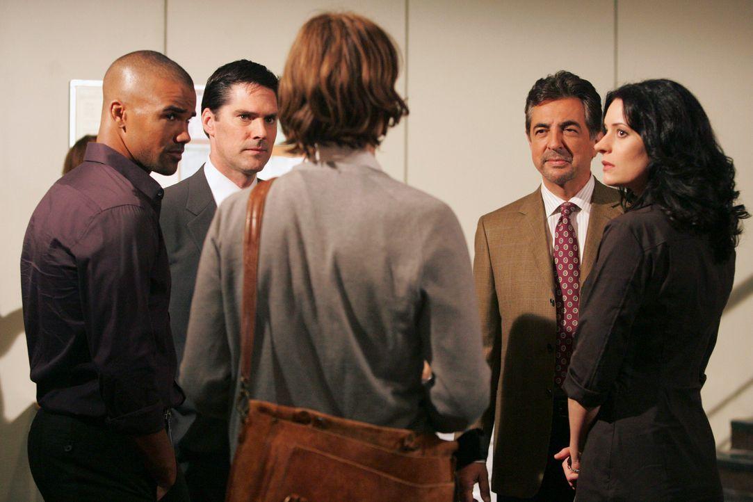 Nachdem Dave Rossi (Joe Mantegna, 2.v.r.) freiwillig zum FBI zurückgekehrt ist, wartet schon ein Fall auf ihn. Gemeinsam mit Reid (Matthew Gray Gubl... - Bildquelle: Touchstone Television