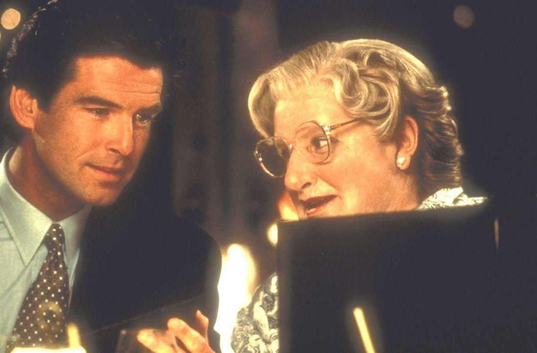 Ein Problem macht Mrs. Doubtfire (Robin Williams, r.) schwer zu schaffen: der smarte Stu (Pierce Brosnan, l.), der ein Auge auf Miranda geworfen hat. - Bildquelle: 20th Century Fox