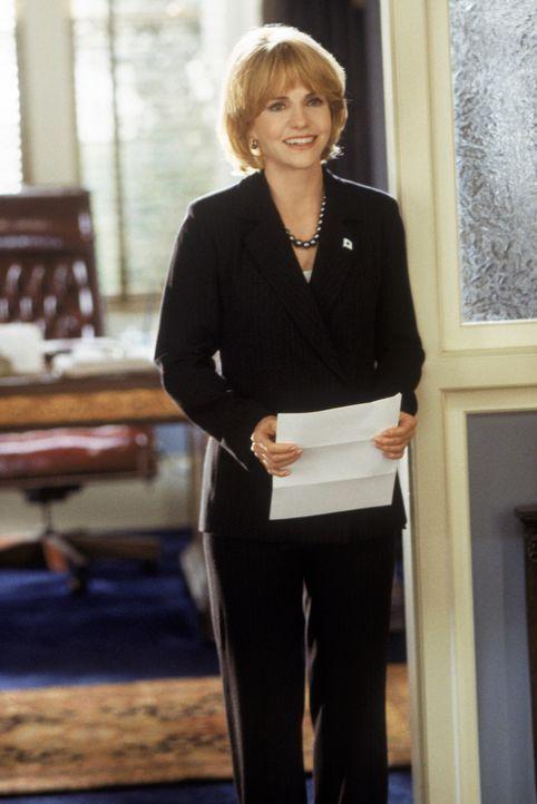Die sympathisch und verständnisvoll wirkende, aber eiskalte Kongressabgeordnete Victoria Rudd (Sally Field) gibt Elle ein folgenreiches Versprechen... - Bildquelle: Metro-Goldwyn-Mayer (MGM)