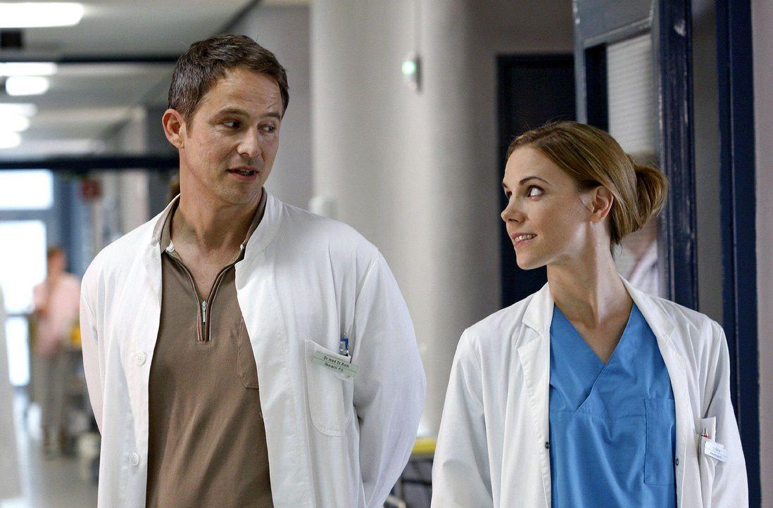 Luisa (Jana Voosen, r.) und Stephan (Andreas Brucker, l.) bekommen eine neue Patientin, die sich jeglicher Untersuchung verweigert. Bald ist klar wa... - Bildquelle: Noreen Flynn Sat.1