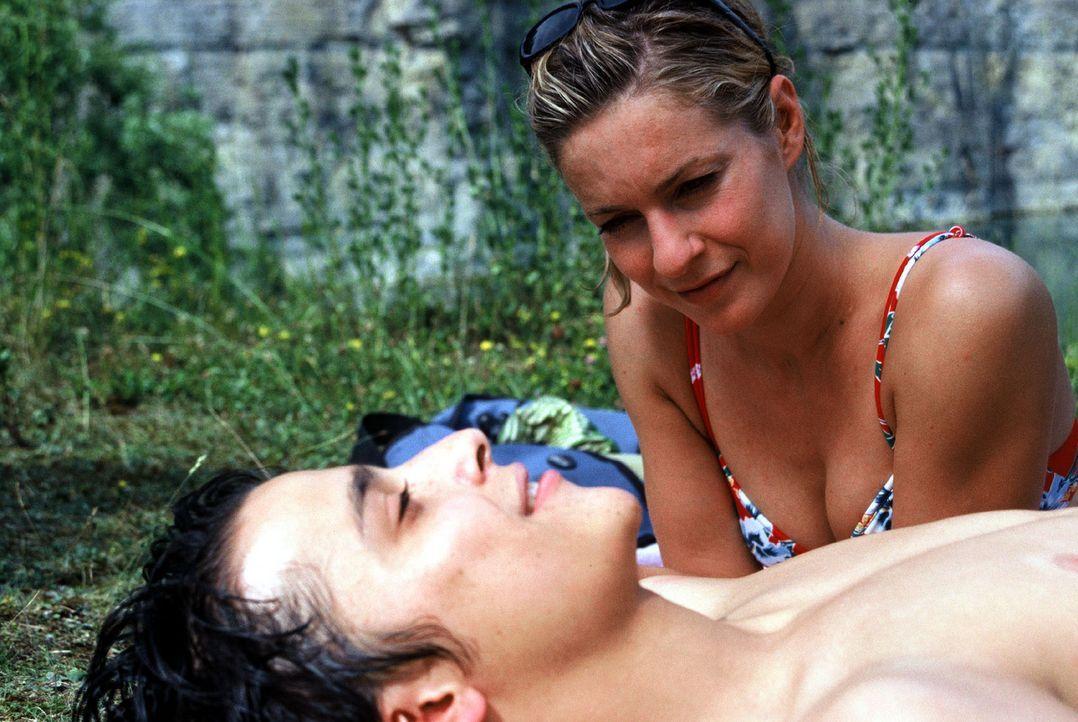 """Als Cornelia (Lisa Martinek, r.) ihren Sohn Alexander (Kostja Ullmann, l.) wiedersieht, verliebt er sich in die ältere """"Freundin"""". Alexanders Adopti... - Bildquelle: Sat.1"""