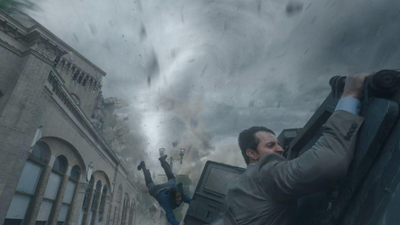 Der Wirbelsturm nimmt ungeahnte Ausmaße an und legt ganz Silverton lahm. Gary (Richard Armitage) im Kampf gegen mächtige Naturgewalten ... - Bildquelle: 2014 © Warner Bros.