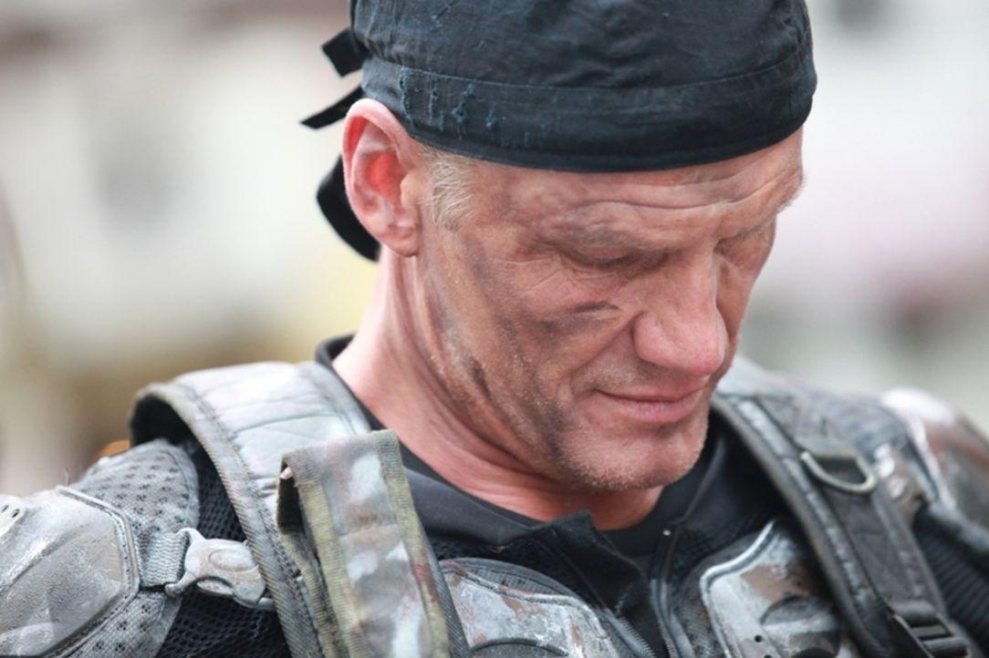 Soldat Max Gatling (Dolph Lundgren) muss mit Hilfe einer Truppe von Robotern, die aus einem Labor entkommen sind, gegen eine Armee blutrünstiger Zom... - Bildquelle: 2013 BOTD Productions LTD. PTY. All Rights Reserved