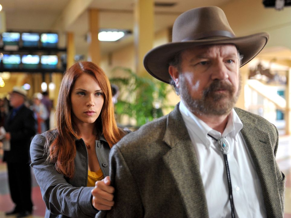 Grace (Amanda Righetti, l.) und ihre Kollegen, konnten wieder einmal eine Fall aufdecken und bringen Cobb Holwell (Jim Beaver, r.) hinter Schloss un... - Bildquelle: Warner Bros. Television