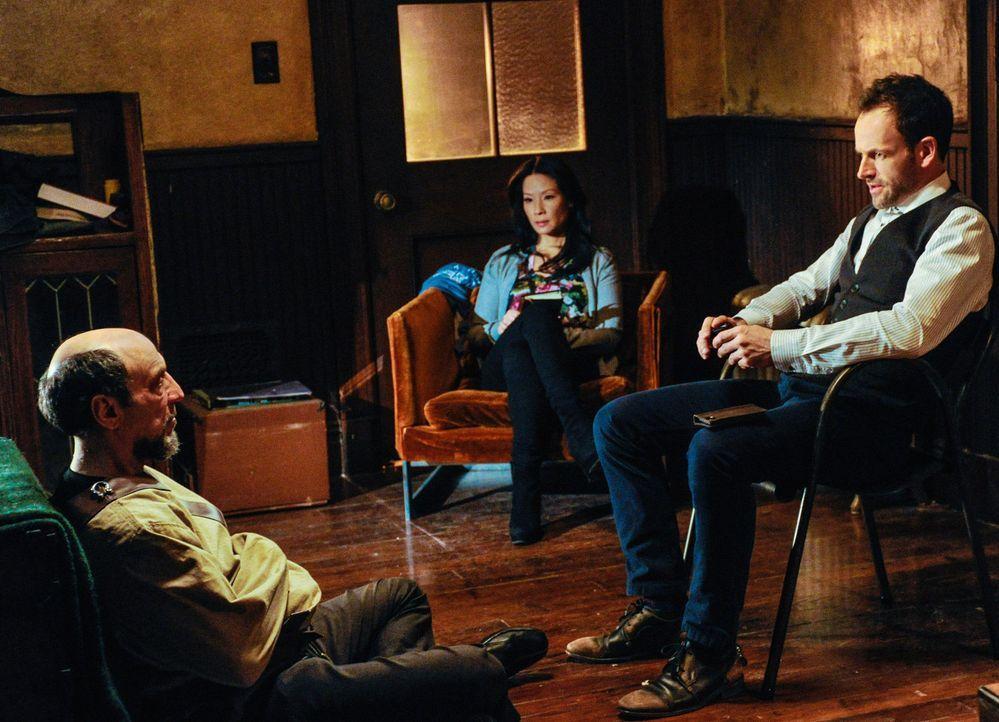 Bei den Ermittlungen in einem neuen Fall, stoßen Sherlock Holmes (Jonny Lee Miller, r.) und Joan Watson (Lucy Liu, M.) auf Daniel Gottlieb (F. Murr... - Bildquelle: CBS Television