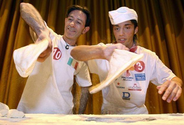 Die Profis drehen den Pizzateig ganz routiniert mit einer Hand. Für Anfänger...