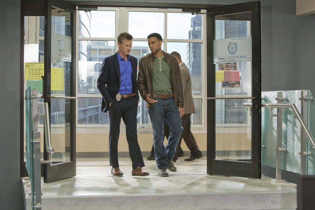 Ein neuer Fall beschäftigt Wes Mitchell (Warren Kole, l.) und Travis Marks (Michael Ealy, r.) ... - Bildquelle: 2012 USA Network Media, LLC