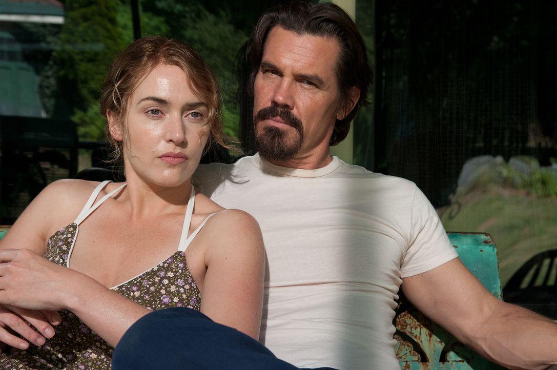 Mit dem sensiblen Frank (Josh Brolin, r.) findet die depressive Mutter Adele (Kate Winslet, l.) endlich wieder etwas Glück in ihrem Leben. Doch dann... - Bildquelle: 2016 Paramount Pictures. All Rights Reserved.