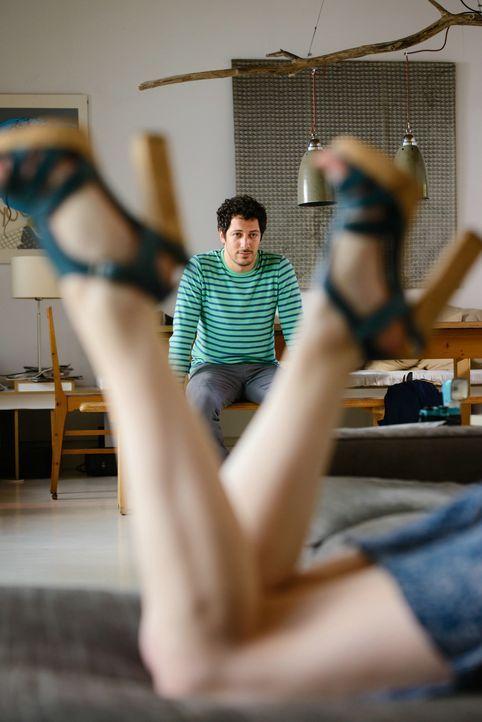 Daniels (Fahri Yardim, hinten) Ex-Freundin Mia (Josefine Preuß, vorne) steht plötzlich wieder vor seiner Tür, doch er hat nur noch die hübsche Berna... - Bildquelle: 2014 Constantin Film Verleih GmbH