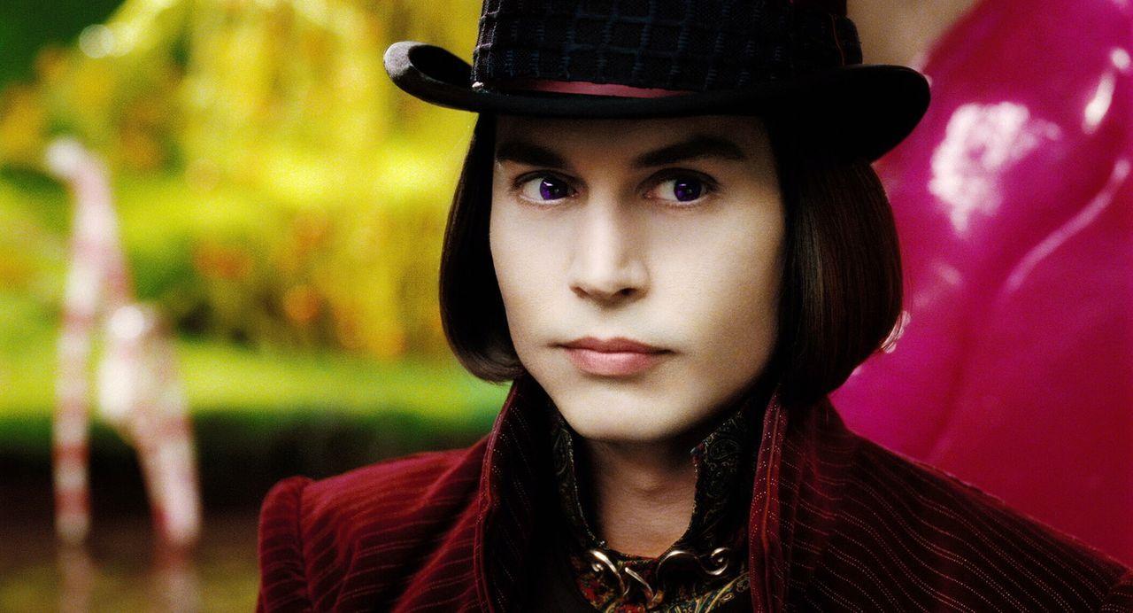 Willy Wonka (Johnny Depp), der Besitzer einer wundersamen Schokoladenfabrik, will einen Nachfolger für sein Schokoladenreich finden. Er schreibt ein... - Bildquelle: Warner Bros. Pictures