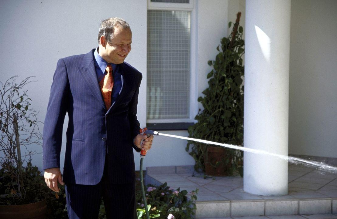 Auch Nachbars Hund ist den gerissenen Angriffen des erfolgreichen Anwalts Klaus Kramer (Axel Milberg) ausgesetzt ... - Bildquelle: Boris Guderjahn ProSieben