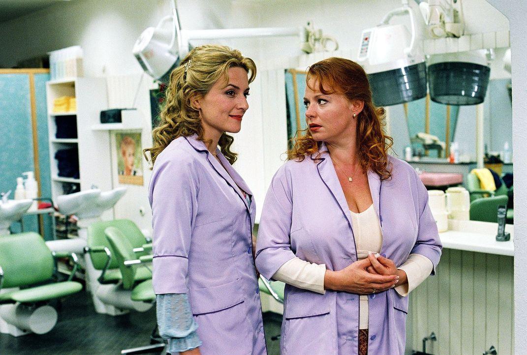 Paula (Martina Gedeck, l.) wird für Margot (Petra Berndt, r.) zum Vorbild. - Bildquelle: Erika Hauri Sat.1